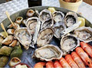 plat de bulots d'huitres et de crevettes avec du vin